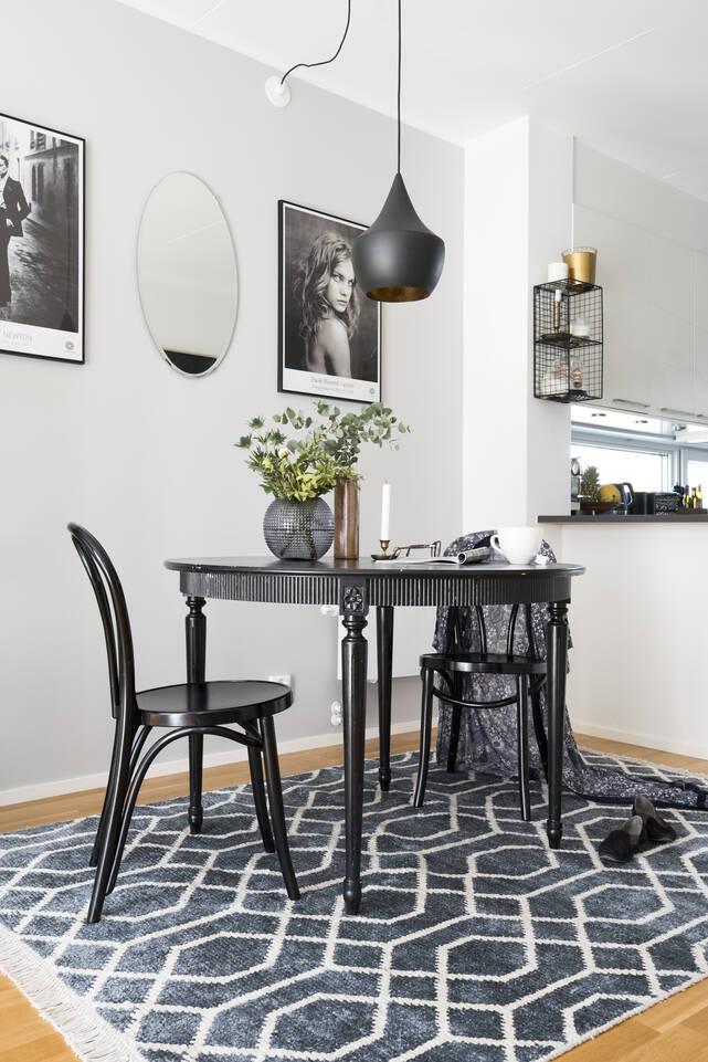 Tapis bambou soie handloom , noir / gris dans un salle à manger