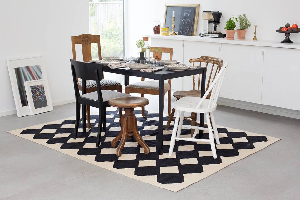 Tapis kilim moderne , noir / gris dans un salle à manger