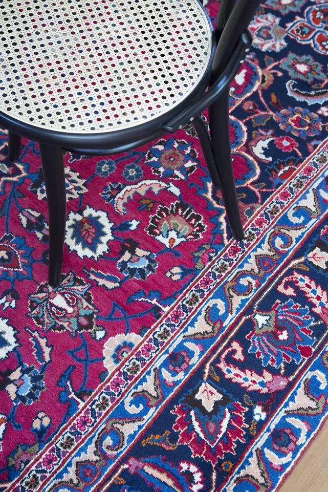 Tapis mashad , rouge dans un salle à manger